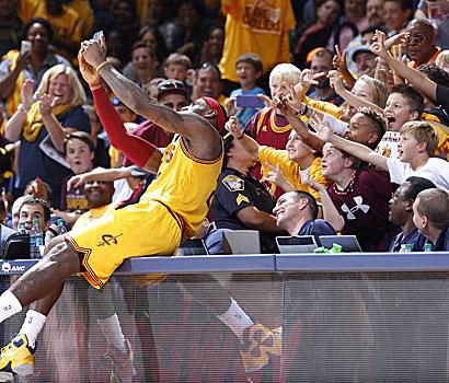 LeBron James ist der Star der NBA und sehr beliebt nei den Fans.