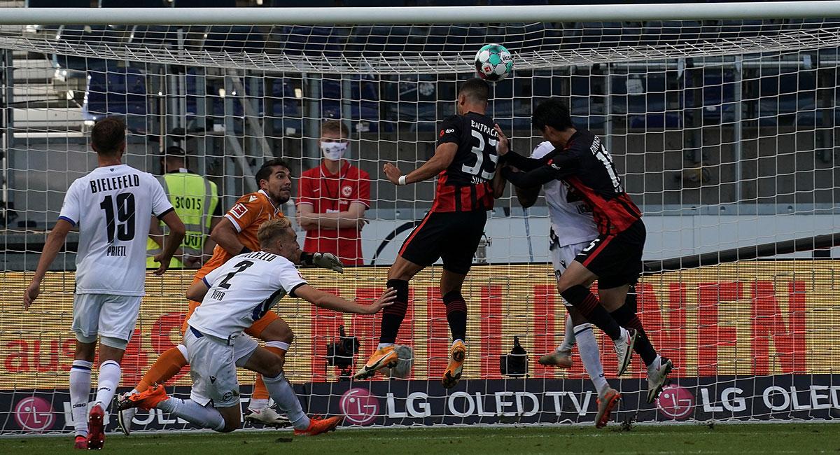Das Hinspiel zwischen Frankfurt und Bielefeld endete 1:1 - Andre Silva (Nr. 33) egalisierte die Arminia-Führung