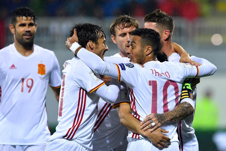Los jugadores de España celebran un gol ante Albania.