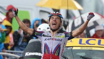 Purito Rodriguez, fuga e raddoppio sotto la pioggia. Ma la classifica generale si muove poco