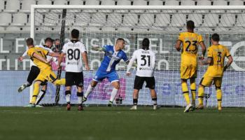 Lotta retrocessione Serie A: Benevento sconfitto e furioso con gli arbitri, il Cagliari dei miracoli quasi salvo